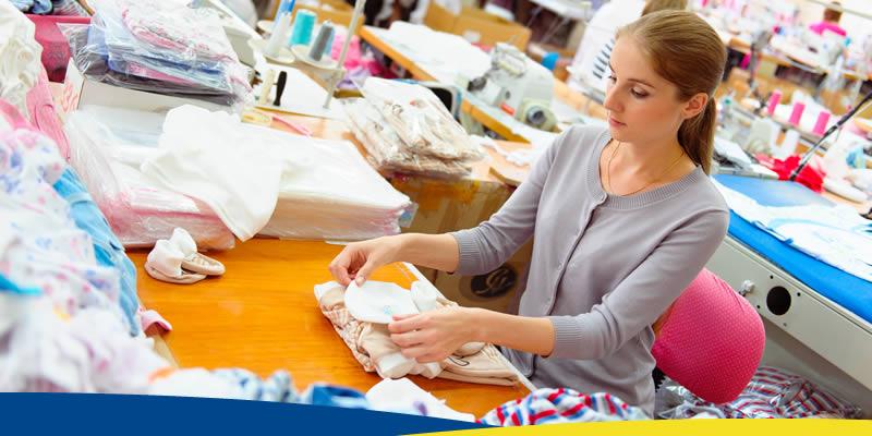 Foto - Mulher em mesa, com objetos de costura