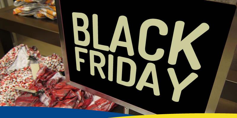 """Placa de preço em vitrine, com o texto """"Black Friday"""""""