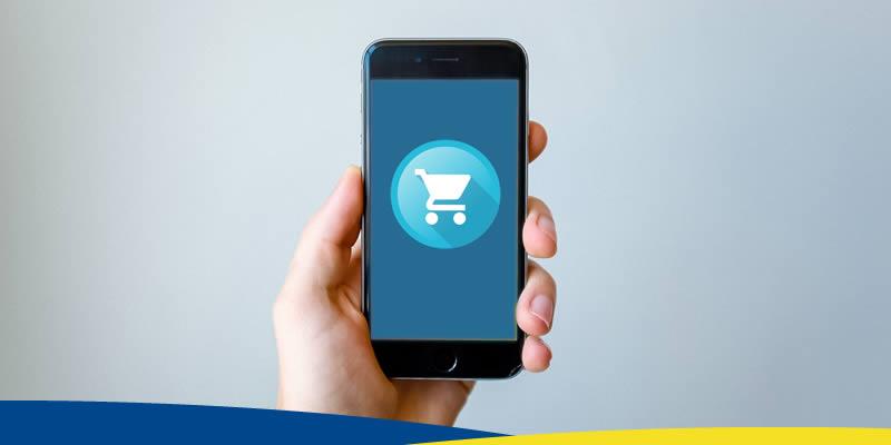 Foto - Mão segurando celular, com um símbolo de ecommerce
